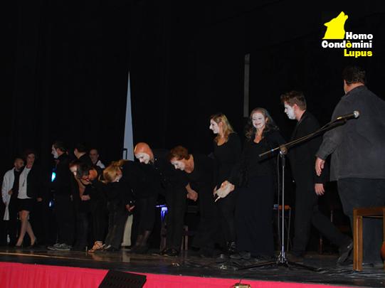 La compagnia Habitami di Homo Condòmini Lupus saluta il pubblico al Teatro di Milano