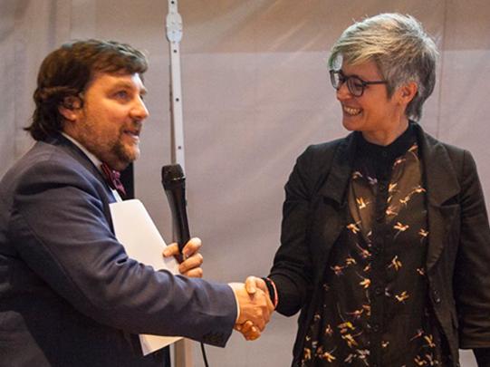 Luca Mercalli premia Cristiana Ceruti presidente di Habitami