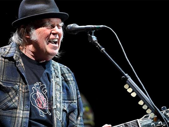 Neil Young, no allo sponsor Fossil Fuels al concerto di Hyde Park